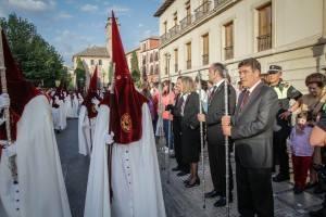 Don Emilio, a la derecha, en la procesión de la Sentencia de Granada.