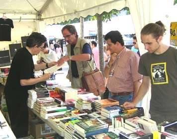 Comprando libros en Semana Negra, en Negra y Criminal