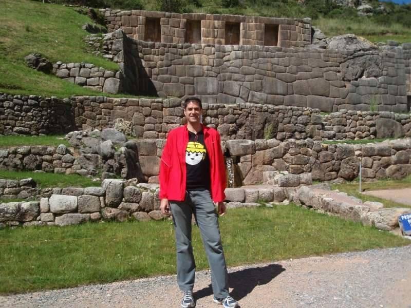 El típico turista, haciendo el guiri frente a las ruinas prehispánicas de Cusco