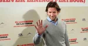 Adivina, adivinanza: ¿Está saludando Bradley Cooper al respetable o...