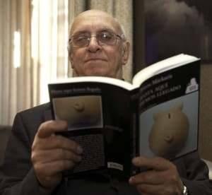 Noir financiero Markaris leyendo