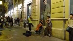 Pedro del Hierro mirando, con suspicacia, a los músicos callejeros...