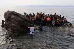 LES104 LESBOS (GRECIA) 09/09/2015.- Varios refugiados sirios llegan en una lancha neumática a la costa de Mitilene en la isla de Lesbos, Grecia, tras cruzar el Mar Mediterráneo, hoy, 9 de septiembre de 2015. Alrededor de 3.000 refugiados procedentes de Turquía desembarcan a diario en Lesbos, una escala más de su larga travesía hacia países del norte y centro de Europa. EFE/Orestis Panagiotou